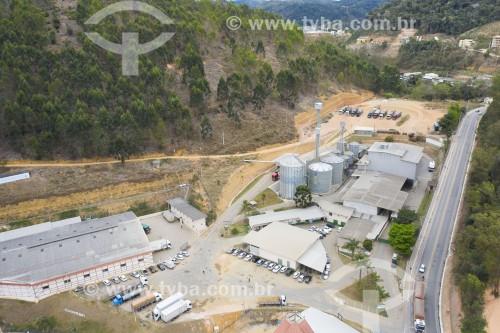 Foto feita com drone de silos e armazém da COOPEAVI - Cooperativa Agropecuária Centro Serrana - Santa Maria de Jetibá - Espírito Santo (ES) - Brasil