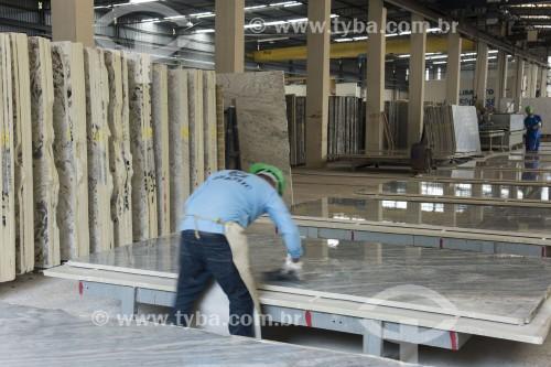 Galpão de pedras naturais cortadas e polidas sendo preparadas para embarque - Cachoeiro de Itapemirim - Espírito Santo (ES) - Brasil