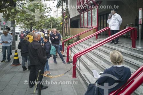 Pessoas usando máscara de proteção, aguardando em fila de supermercado aguardando autorização de entrada - Crise do Coronavírus - São Paulo - São Paulo (SP) - Brasil