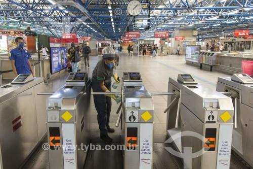 Higienização das catracas do Metrô por causa do coronavírus - São Paulo - São Paulo (SP) - Brasil