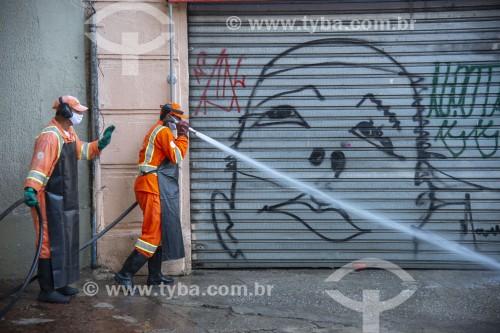 Lavagem das ruas com hipoclorito de sódio para desinfecção e combate ao Coronavírus - São Paulo - São Paulo (SP) - Brasil