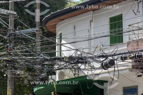 Poste com excesso de fios de operadoras de tv a cabo e internet na região dos Jardins - São Paulo - São Paulo (SP) - Brasil