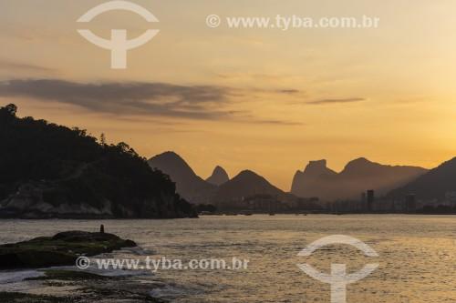 Vista de montanhas do Rio de Janeiro ao pôr do sol a partir da Baía de Guanabara - Rio de Janeiro - Rio de Janeiro (RJ) - Brasil