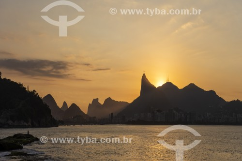 Vista do pôr do sol no Morro do Corcovado a partir da Baía de Guanabara - Rio de Janeiro - Rio de Janeiro (RJ) - Brasil