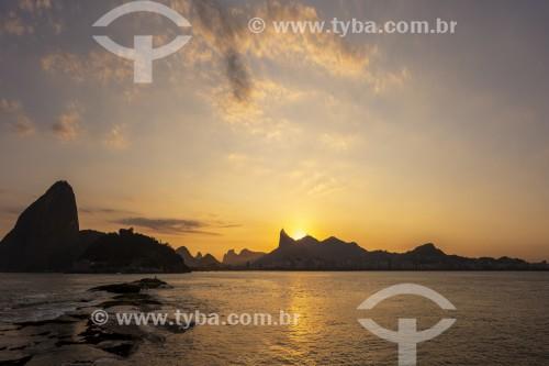 Vista do pôr do sol com Morro do Corcovado e Pão de Açúcar a partir da Baía de Guanabara - Rio de Janeiro - Rio de Janeiro (RJ) - Brasil