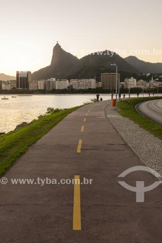 Vista de ciclovia junto à Avenida Infante Dom Henrique com a Enseada de Botafogo e o Cristo Redentor ao fundo - Rio de Janeiro - Rio de Janeiro (RJ) - Brasil