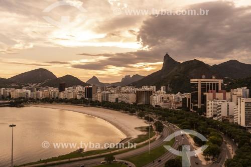Vista da orla da Praia de Botafogo com o Cristo Redentor ao fundo - Rio de Janeiro - Rio de Janeiro (RJ) - Brasil