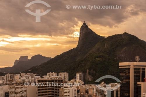 Prédios da orla da Praia de Botafogo com Cristo Redentor ao fundo - Rio de Janeiro - Rio de Janeiro (RJ) - Brasil