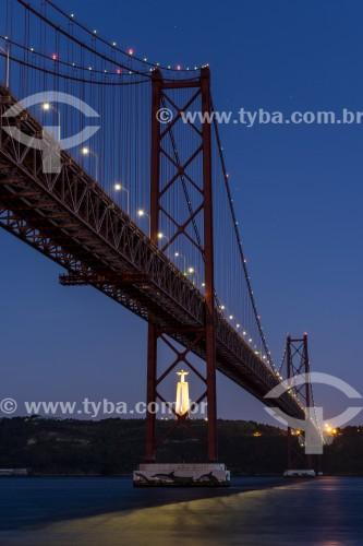 Ponte 25 de Abril sobre o Rio Tejo com Santuário Nacional de Cristo Rei ao fundo - Lisboa - Distrito de Lisboa - Portugal