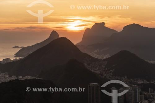 Vista da Zona Sul com Morro Dois Irmãos e a Pedra da Gávea a partir do Pão de Açúcar durante o pôr do sol - Rio de Janeiro - Rio de Janeiro (RJ) - Brasil