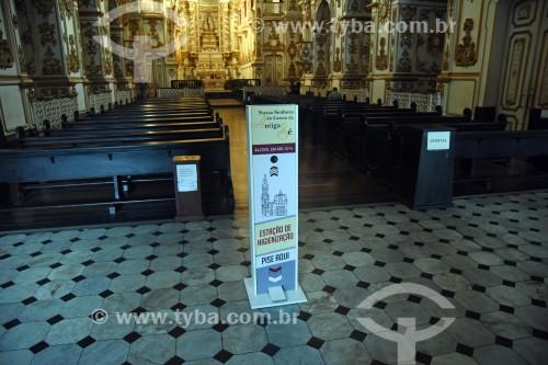 Totem com álcool gel na entrada da Igreja de Nossa Senhora do Carmo (1770) - antiga Catedral do Rio de Janeiro - Crise do Coronavírus - Rio de Janeiro - Rio de Janeiro (RJ) - Brasil