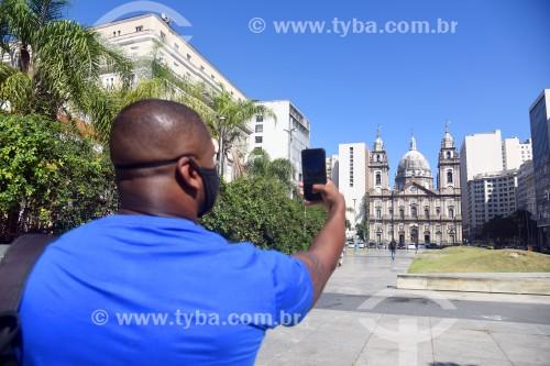Turista fotografando a Igreja de Nossa Senhora da Candelária (1609) - Rio de Janeiro - Rio de Janeiro (RJ) - Brasil