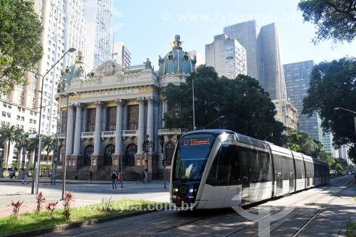 Veículo leve sobre trilhos transitando no Passeio Público da Avenida Rio Branco com o Theatro Municipal do Rio de Janeiro ao fundo - Rio de Janeiro - Rio de Janeiro (RJ) - Brasil