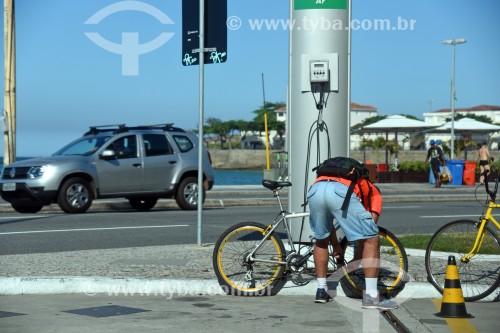 Homem calibranco pneu de bicicleta em posto de combustível - Rio de Janeiro - Rio de Janeiro (RJ) - Brasil