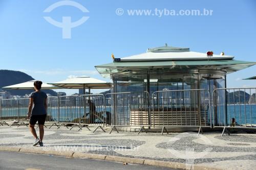 Quiosque na Praia de Copacabana com grades de isolamento - Rio de Janeiro - Rio de Janeiro (RJ) - Brasil