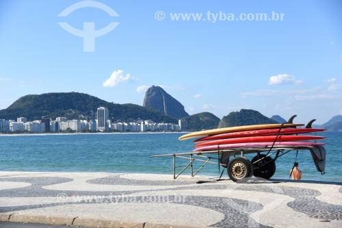 Detalhe de carrinho de burro-sem-rabo com pranchas de surf na orla da Praia de Copacabana - Rio de Janeiro - Rio de Janeiro (RJ) - Brasil