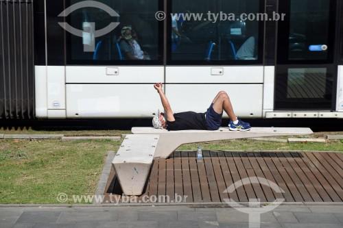 Turista descansando na Orla Prefeito Luiz Paulo Conde (2016) - Rio de Janeiro - Rio de Janeiro (RJ) - Brasil
