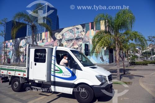 Carro da CEDAE transitando na Orla Prefeito Luiz Paulo Conde com o Mural Etnias ao fundo - Rio de Janeiro - Rio de Janeiro (RJ) - Brasil