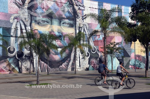 Ciclistas com o Mural Etnias na Orla Prefeito Luiz Paulo Conde ao fundo - Rio de Janeiro - Rio de Janeiro (RJ) - Brasil