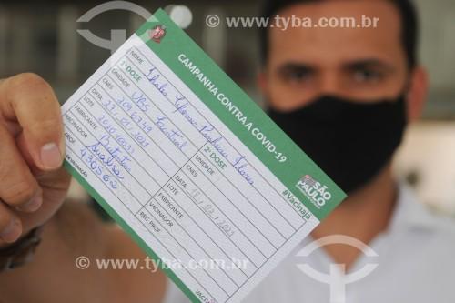 Início da vacinação contra a Covid-19 nos profissionais da saúde - Homem segurando cartão de vacinação - São José do Rio Preto - São Paulo (SP) - Brasil