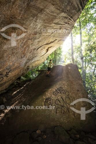 Homem nas rochas da Caverna dos Primatas - Parque Nacional da Tijuca - Rio de Janeiro - Rio de Janeiro (RJ) - Brasil