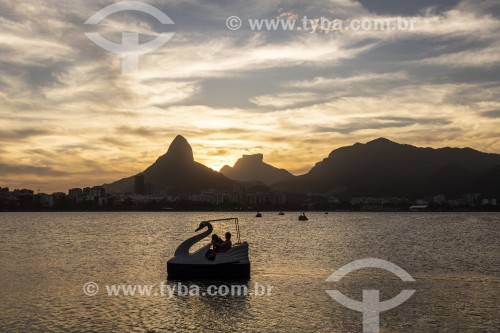 Pedalinho na Lagoa Rodrigo de Freitas com Morro Dois Irmãos e Pedra da Gávea ao fundo - Rio de Janeiro - Rio de Janeiro (RJ) - Brasil