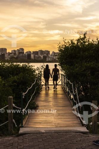 Casal em pier na Lagoa Rodrigo de Freitas - Rio de Janeiro - Rio de Janeiro (RJ) - Brasil