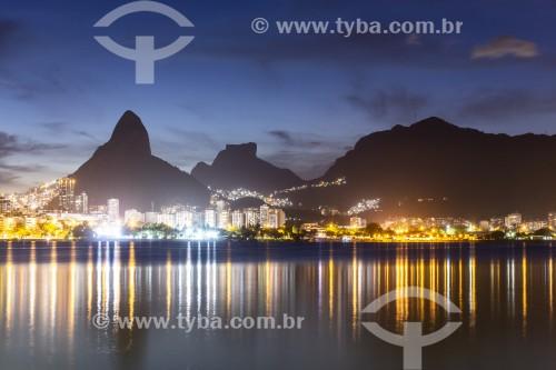 Vista noturna da Lagoa Rodrigo de Freitas com o Morro Dois Irmãos e a Pedra da Gávea ao fundo  - Rio de Janeiro - Rio de Janeiro (RJ) - Brasil