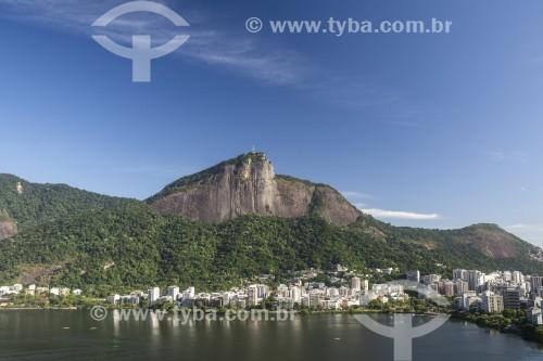 Lagoa Rodrigo de Freitas com prédios e Morro do Corcovado ao fundo - Rio de Janeiro - Rio de Janeiro (RJ) - Brasil
