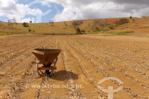 Máquina semeadora utilizada para plantio de milho em pequena propriedade rural - Guarani - Minas Gerais (MG) - Brasil
