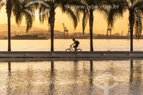 Ciclista na orla da Baía de Guanabara ao por do sol - Rio de Janeiro - Rio de Janeiro (RJ) - Brasil