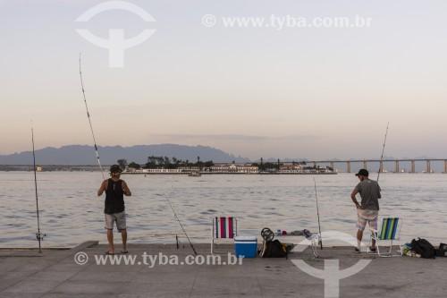 Pescadores na orla da Baía de Guanabara - Rio de Janeiro - Rio de Janeiro (RJ) - Brasil