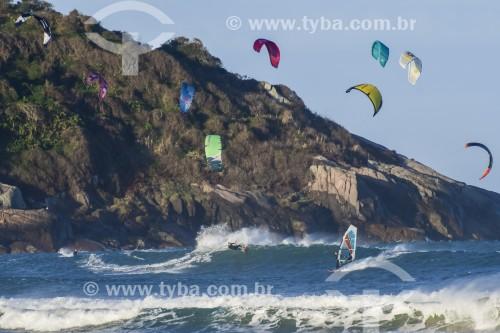 Praticantes de Windsurf e Kitesurf na praia de Ibiraquera - Imbituba - Santa Catarina (SC) - Brasil