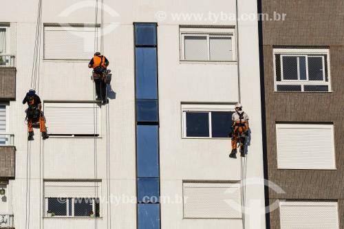 Trabalhadores fazendo manutenção em fachada de prédio - Porto Alegre - Rio Grande do Sul (RS) - Brasil
