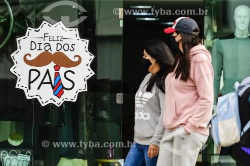 Comércio de rua com propaganda de Dia dos Pais durante a crise do coronavírus - Capão da Canoa - Rio Grande do Sul (RS) - Brasil