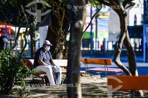 Homem sentado em banco de praça durante a crise do coronavírus - Porto Alegre - Rio Grande do Sul (RS) - Brasil