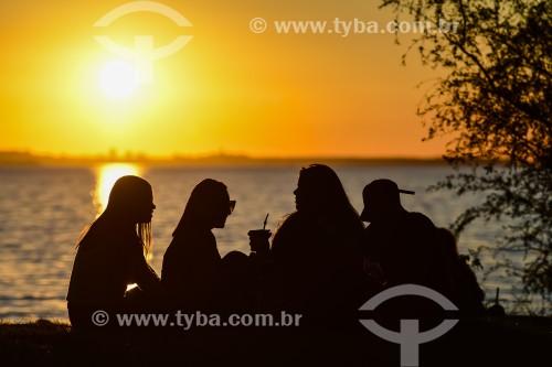 Pessoas na orla de Ipanema - Porto Alegre - Rio Grande do Sul (RS) - Brasil