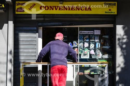 Homem aguardando atendimento em loja de conveniência - Porto Alegre - Rio Grande do Sul (RS) - Brasil
