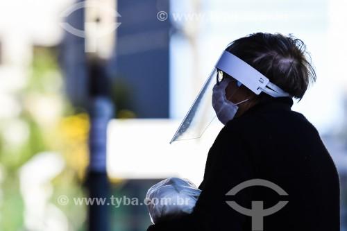 Mulher usando máscara de proteção na rua - Crise do Coronavírus  - Porto Alegre - Rio Grande do Sul (RS) - Brasil
