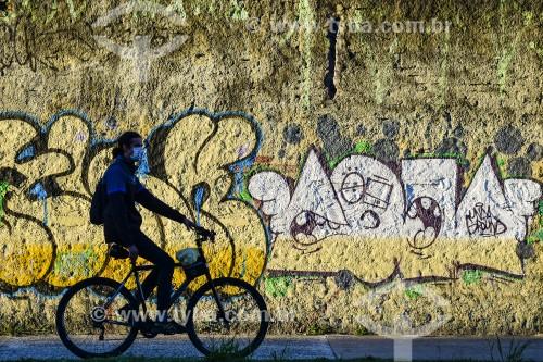 Ciclista utilizando máscara de proteção contra o Covid 19 - Crise do Coronavírus  - Porto Alegre - Rio Grande do Sul (RS) - Brasil