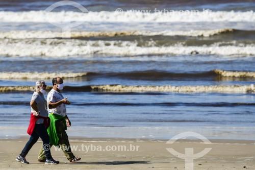 Pessoas caminhando na Praia de Xangri-lá - Xangri-lá - Rio Grande do Sul (RS) - Brasil