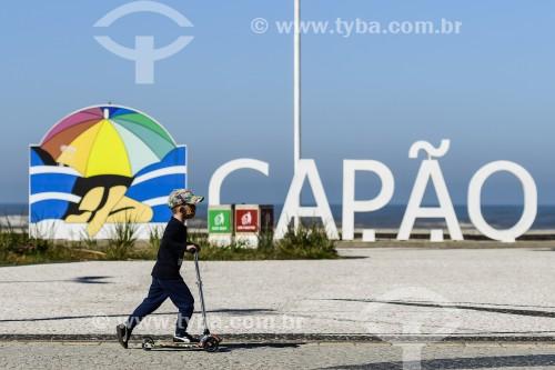 Criança brincando com patinete na orla da Praia de Capão da Canoa - Capão da Canoa - Rio Grande do Sul (RS) - Brasil