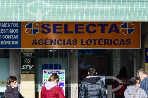 Fila em frente a agência lotérica - Capão da Canoa - Rio Grande do Sul (RS) - Brasil