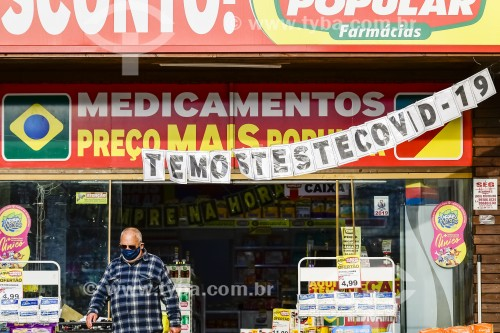 Farmácia com propaganda de teste para detecção da Covid-19 - Crise do Coronavírus - Capão da Canoa - Rio Grande do Sul (RS) - Brasil