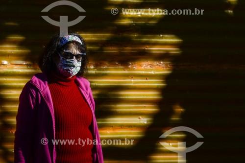 Mulher usando máscara enquanto anda pela rua - Crise do Coronavírus  - Porto Alegre - Rio Grande do Sul (RS) - Brasil