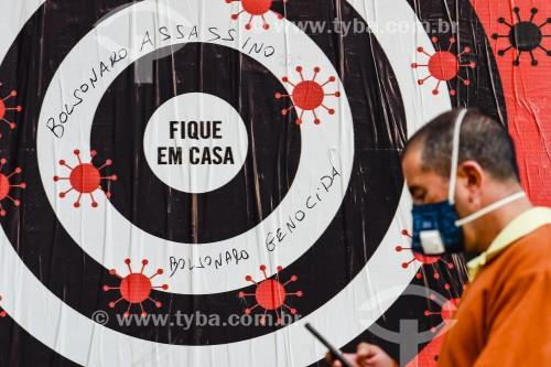 Homem usando máscara enquanto anda pela rua - Crise do Coronavírus  - Porto Alegre - Rio Grande do Sul (RS) - Brasil