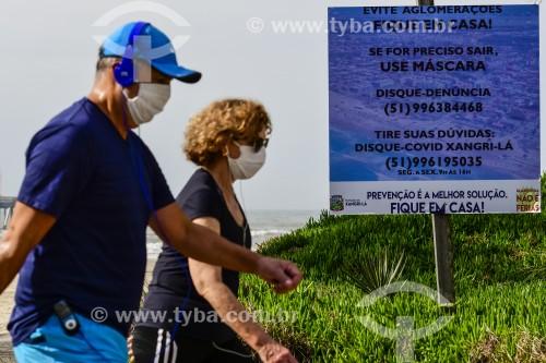 Pessoas caminhando na Praia durante a Crise do Coronavírus - Xangri-lá - Rio Grande do Sul (RS) - Brasil