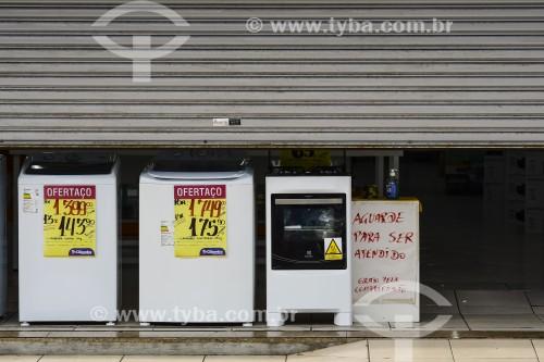 Loja de eletrodomésticos com a porta abaixada no Dia dos Namorados - Crise do Coronavírus - Capão da Canoa - Rio Grande do Sul (RS) - Brasil