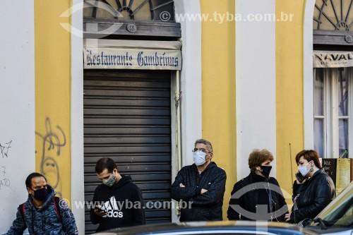 Pessoas do lado de fora do Mercado Público de Porto Alegre (1869) fechado durante a Crise do Coronavírus - Porto Alegre - Rio Grande do Sul (RS) - Brasil