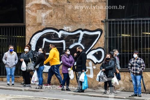 Pessoas em ponto de ônibus durante a crise do Coronavírus  - Porto Alegre - Rio Grande do Sul (RS) - Brasil